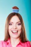 La femme folle tient le gâteau de chocolat sur la tête Images libres de droits