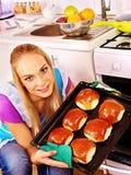 La femme font des biscuits cuire au four Image libre de droits