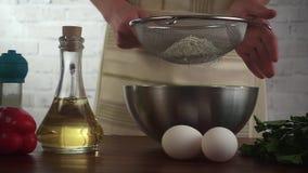 La femme font la pâte de pizza et la farine de truie, vidéo de hd de mouvement lent clips vidéos