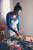 La femme font le pain de gingembre Image stock
