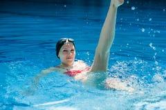 Femme dans la piscine d'eau Photographie stock libre de droits