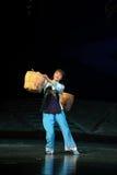 La femme forte porte un opéra lourd de Jiangxi de charge une balance Images libres de droits