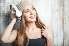 La femme gaie de hippie avec des écouteurs est images libres de droits