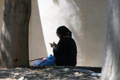 La femme grecque supérieure tressent sur la rue Photographie stock libre de droits