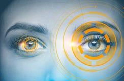 La femme grise s observe, interface orange immersive photographie stock libre de droits