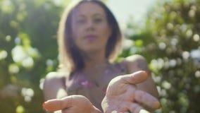 La femme guérit avec des mains, guérisseur professionnel, influence énergique de plan astral banque de vidéos