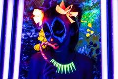 La femme Halloween au néon composent photo stock