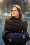 La femme hautaine à la mode au coucher du soleil Image libre de droits