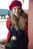 La femme heureuse à la station de train avec s'est levée Photo libre de droits