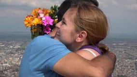 La femme heureuse accepte des fleurs de l'homme banque de vidéos