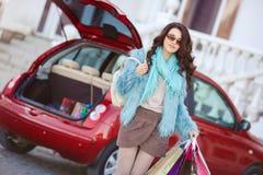 La femme heureuse après l'achat charge votre voiture Images libres de droits
