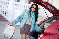 La femme heureuse après l'achat charge votre voiture Photos stock