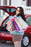 La femme heureuse après l'achat charge votre voiture Images stock