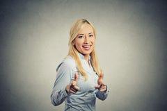 La femme heureuse avec deux pouces lèvent le geste de main d'armes à feu se dirigeant à vous Image libre de droits