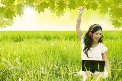 Femme heureuse chantant dans le domaine Photos libres de droits