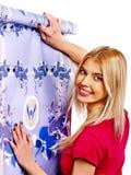La femme heureuse colle le papier peint photo libre de droits