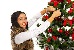 La femme heureuse décorent l'arbre de Noël Images stock