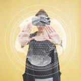 La femme heureuse dans le studio obtient l'expérience d'utiliser le casque de réalité virtuelle de VR-verres Technologies innovat photographie stock