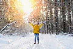 La femme heureuse de beauté se réjouit la neige pelucheuse et le soleil Photographie stock libre de droits