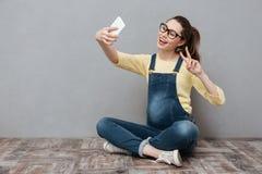 La femme heureuse enceinte font le selfie par le téléphone portable Images libres de droits