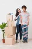 La femme heureuse enveloppant l'homme avec scotchent image stock
