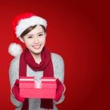 La femme heureuse livre le cadeau de Noël Images stock
