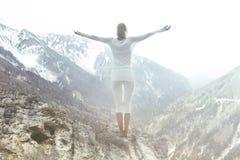 La femme heureuse médite sur la crête de montagne photo libre de droits