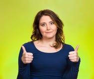 La femme heureuse montrant des pouces lèvent le geste Photo libre de droits