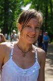 La femme heureuse ont l'amusement jouant dans la fontaine d'eau de parc le jour chaud d'été image stock