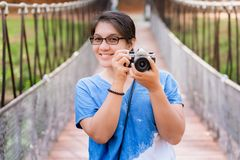 La femme heureuse prennent la photo photo stock