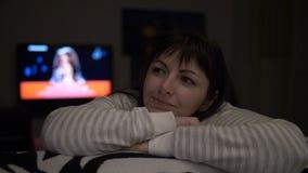 La femme heureuse rêve de quelque chose à la maison le soir, femme affectueuse se rappelle une réunion avec elle aimée banque de vidéos