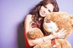 La femme heureuse a reçu un ours de nounours à la célébration Photographie stock