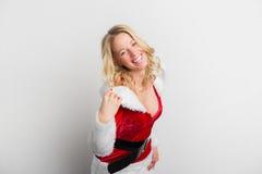 La femme heureuse s'est habillée dans le costume rouge sexy de Santa Claus Image stock