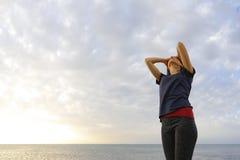 La femme heureuse sur la plage de la Chypre Image stock