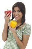 La femme heureuse tient le paprika deux Photographie stock libre de droits