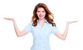 La femme heureuse tient quelque chose sur la paume Photographie stock libre de droits