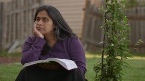 La femme hispanique médite pendant le temps de culte banque de vidéos