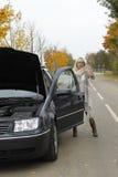 La femme impuissante essaye d'arrêter une voiture sur la rue Image libre de droits