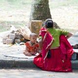 La femme indienne dans le sari prend le soin au sujet de ses enfants Le Kerala, Inde Photographie stock