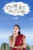 La femme indienne imagine son souhait photo libre de droits