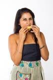 La femme indienne mange le citron Image stock