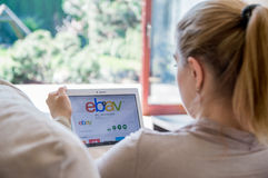 La femme installe l'application d'ebay sur le comprimé de Lenovo photos libres de droits