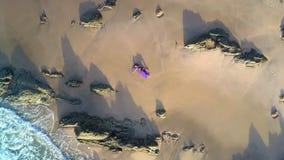 La femme irréelle de photo se trouve sur Azure Ocean Beach Aerial View banque de vidéos