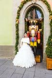 La femme japonaise porte une robe de mariage dans le der Tauber d'ob de Rothenburg Images stock
