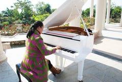 La femme jouant le piano photo stock