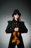 La femme jouant le violon classique dans le concept de musique Image stock