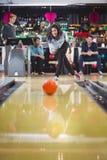 La femme joue au bowling et jette une boule Images libres de droits
