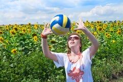 La femme joue au volleyball. Photographie stock