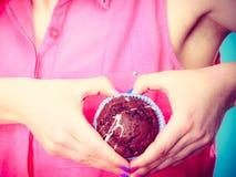 La femme juge le gâteau de chocolat disponible Photo stock
