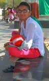 La femme juge son fils dans des mains extérieur Image libre de droits